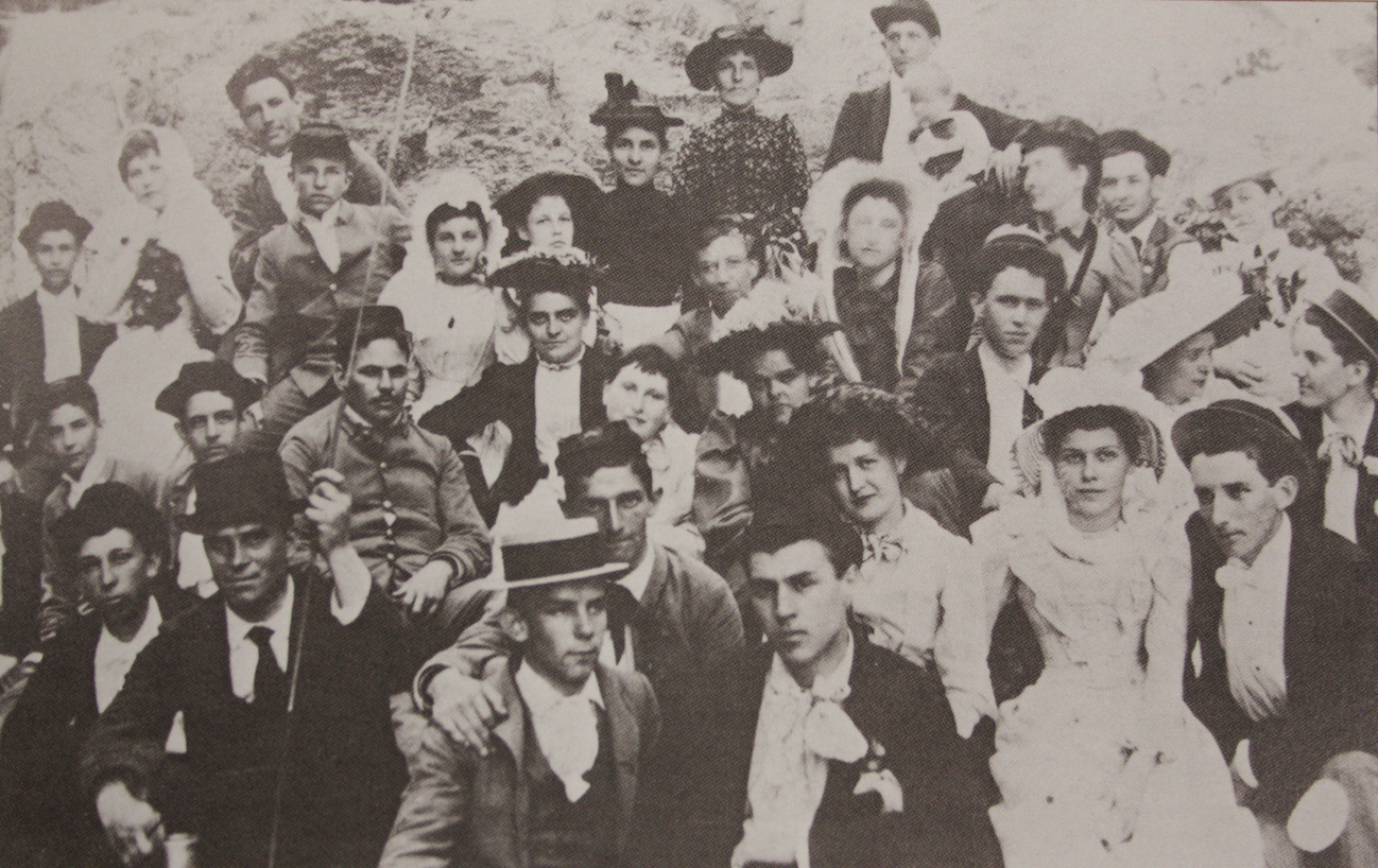 Auburn men and women of the late 1890s posing for a picture.