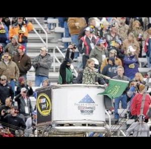 Race green flag wave
