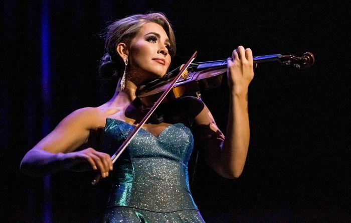Lauren Bradford plays violin at Miss Alabama